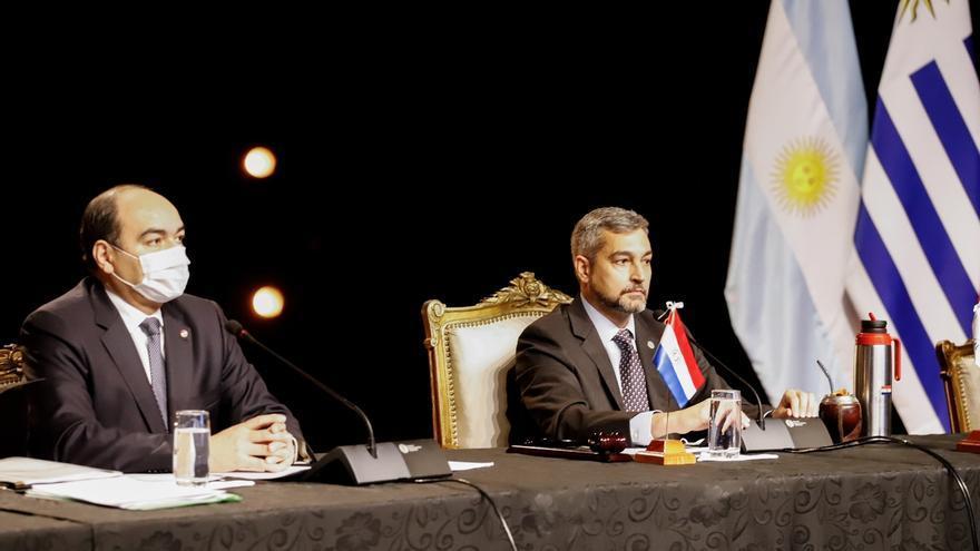 Antonio Rivas (i), canciller nacional y Mario Abdo Benítez (d), presidente de Paraguay este jueves durante la apertura de reuniones del Mercosur en Asunción (Paraguay).