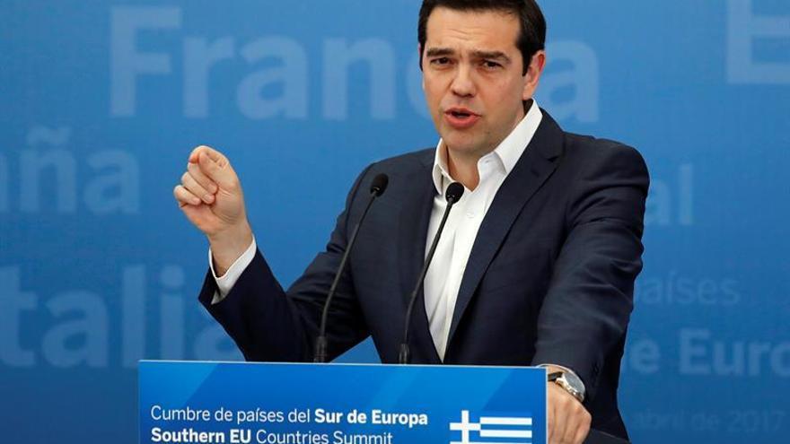 Tsipras felicita a Macron y le desea suerte en su batalla contra la extrema derecha