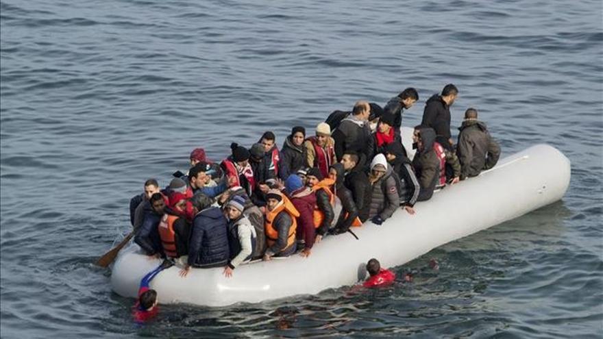 La tercera tragedia en solo tres días en el mar Egeo. Varios refugiados son conducidos por miembros de la Guardia Costera tras su rescate cuando trataban de llegar a Lesbos, Grecia.