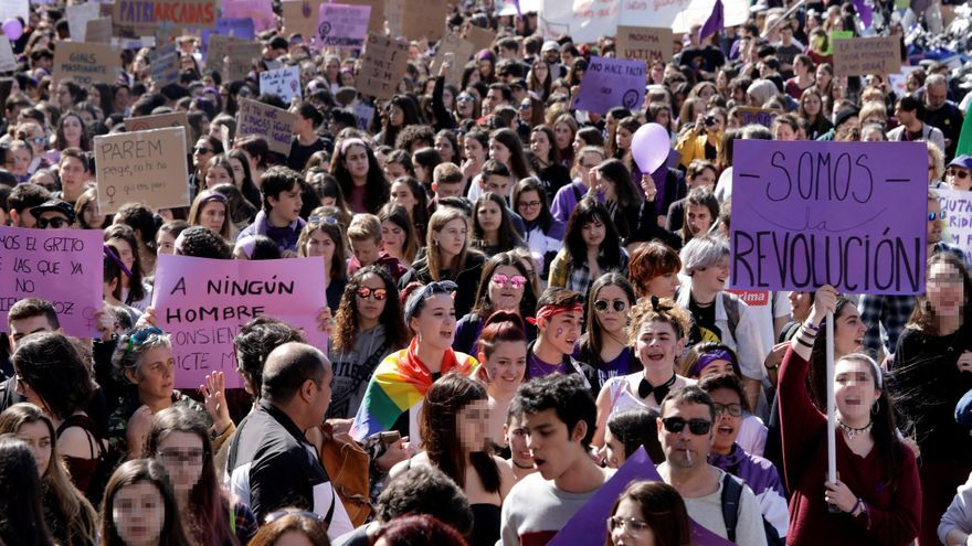 Unas 13.000 personas, según la Guardia Urbana de Barcelona, han participado esta mañana en una manifestación estudiantil por el centro de la capital catalana con motivo de la huelga feminista del 8M en institutos y universidades, que se ha desarrollado en un ambiente festivo y reivindicativo
