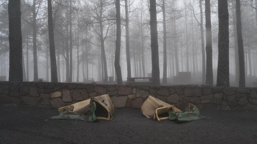 Dos contenedores de basura calcinados por el fuego en la zona de Cueva Grande.