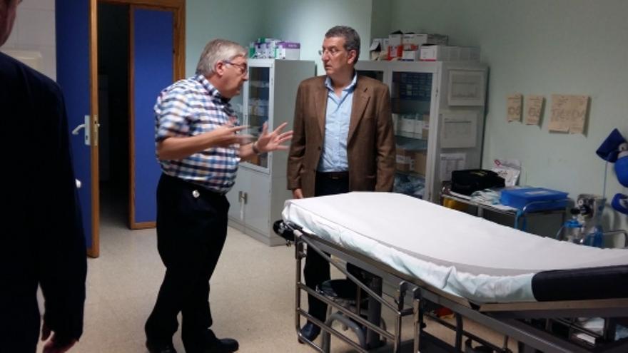 El consejero aragonés de Sanidad, Sebastián Celaya, durante una visita al Centro de Salud de Cariñena.