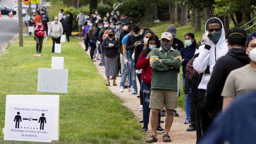 Decenas de personas hacen cola para hacerse tests de coronavirus gratuitos y sin prescripción en Virginia.