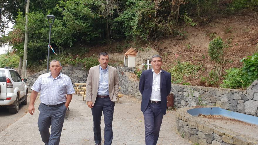 Narvay Quintero (derecha), junto al alcalde realejero Manuel Domínguez (centro), este martes en el norte de Tenerife