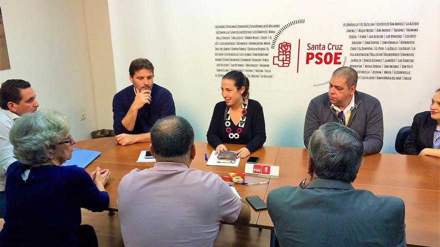 Patricia Hernández y José Ángel Martín (izquierda), en la reunión con miembros de la Asociación Nuestro Patrimonio