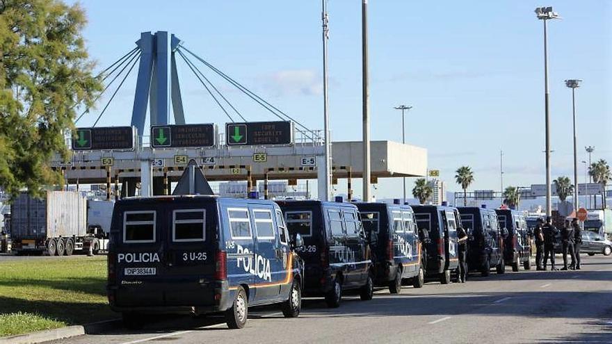 Varios furgones de la Policía Nacional en las dependencias del Puerto de Valencia