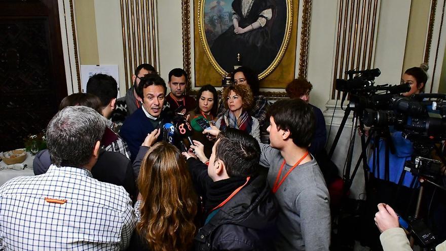"""Alcalde de Cádiz tacha de """"excrementos"""" del PP a Vox, que replica criticando el """"rancio comunismo de Kichi"""""""