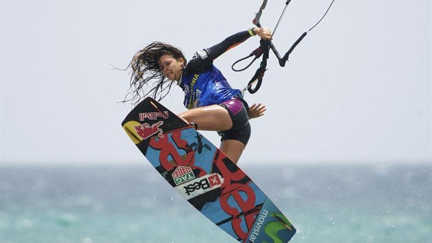 Gisela Pulido en la Copa del Mundo de kitesurf que se disputa en las playas de Jandía en Fuerteventura. (EFE/Carlos De Saá)