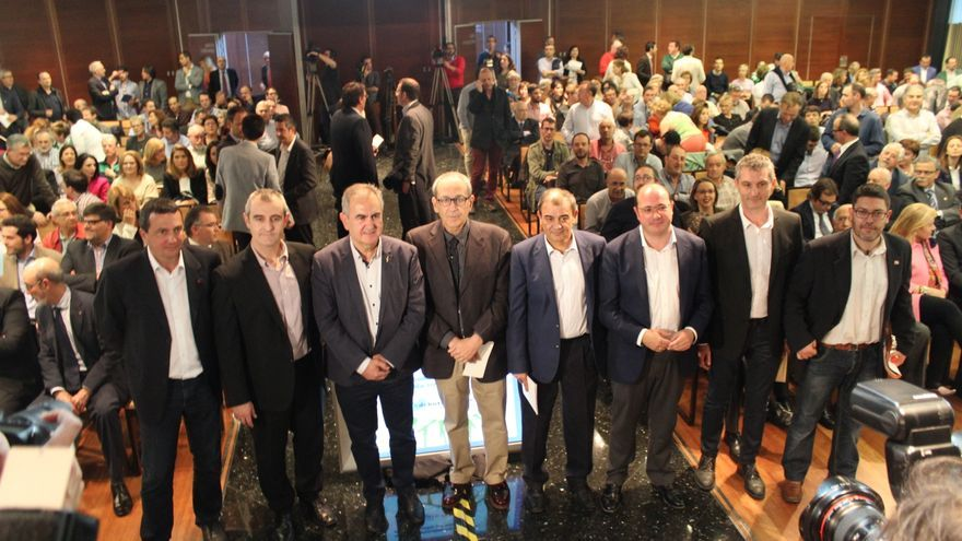 Los seis candidatos y los responsables de Ucomur, antes del debate / PSS