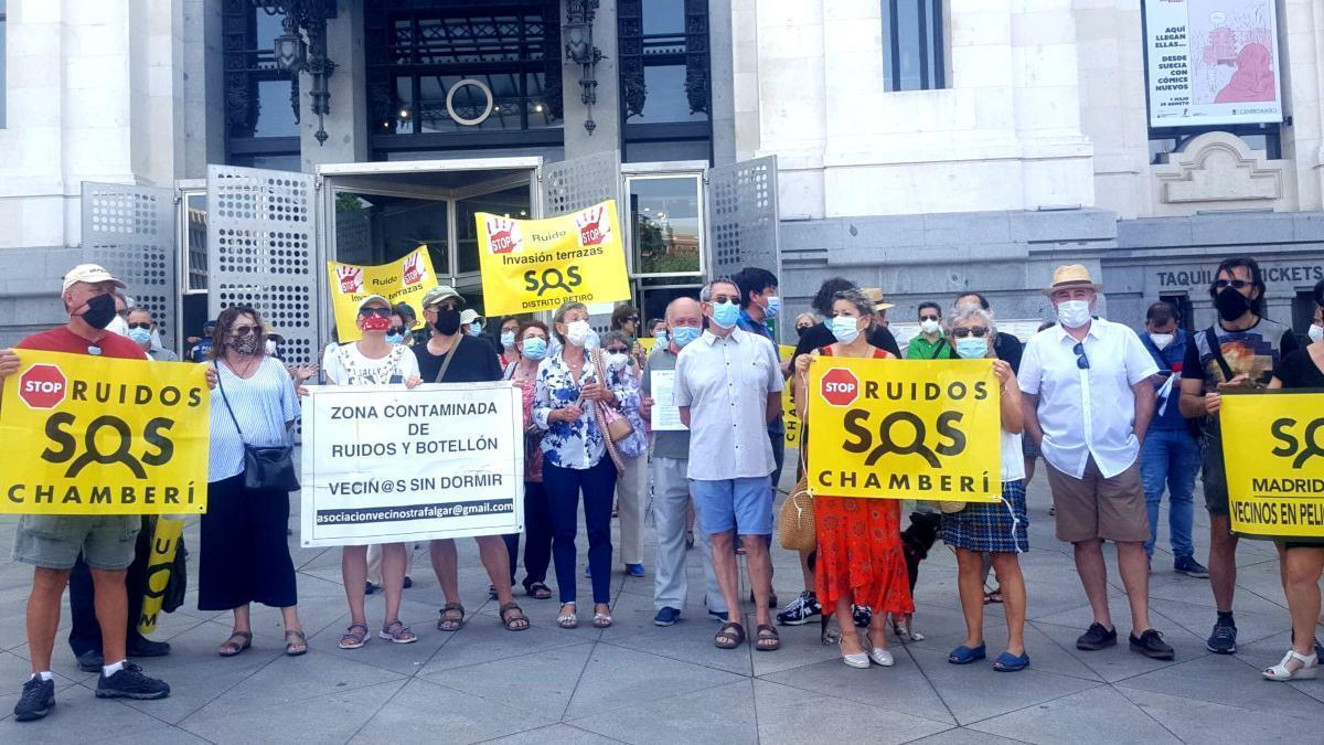 Representantes de asociaciones vecinales de Centro, Chamberí, Retiro y Arganzuela, protestando esta mañana en en Cibeles