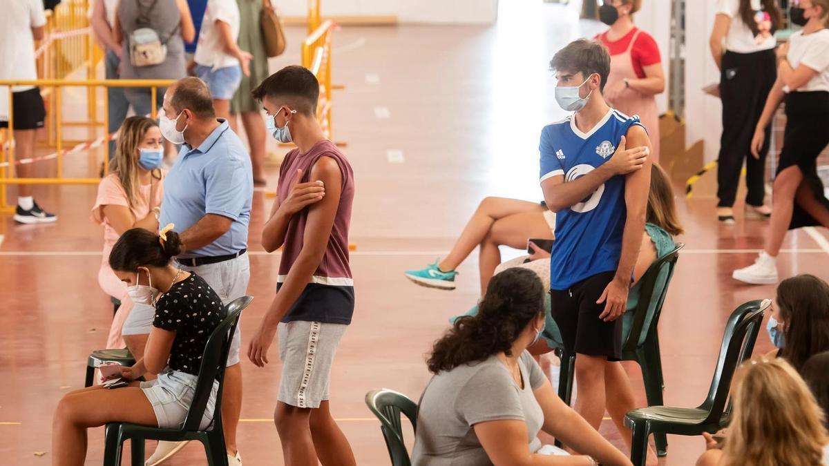 """Interior del polideportivo """"Paco Gandía"""" de la localidad sevillana de Estepa, uno de los 70 puntos de vacunación masiva que el Servicio Andaluz de Salud."""