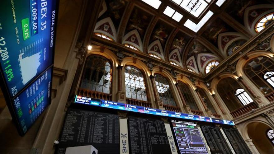 El IBEX 35 pierde los 10.900 puntos a mediodía, lastrado por la banca