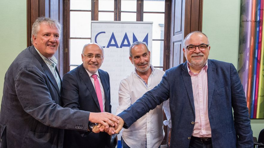Carlos Ruiz, presidente del CAAM, Antonio Morales, presidente del Cabildo de Gran Canaria, Tato Gonçalves y el director del CAAM, Orlando Britto Jinorio.