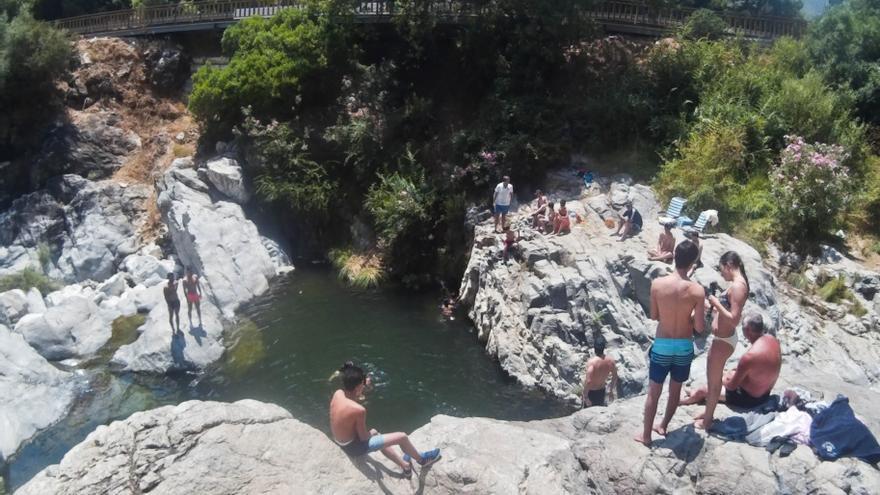 Bañistas en una poza del río Guadalmina, en Málaga.