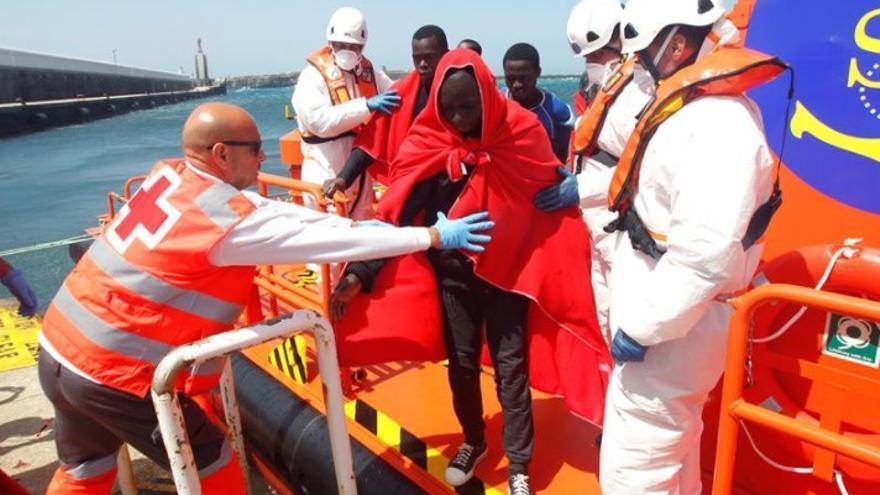 Cinco varones magrebíes rescatados en una patera cerca de Tarifa
