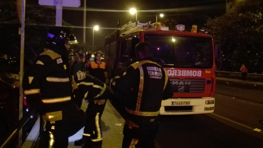 Efectivos de Bomberos de Tenerife, del parque capitalino y en la noche del lunes, tras declararse la emergencia