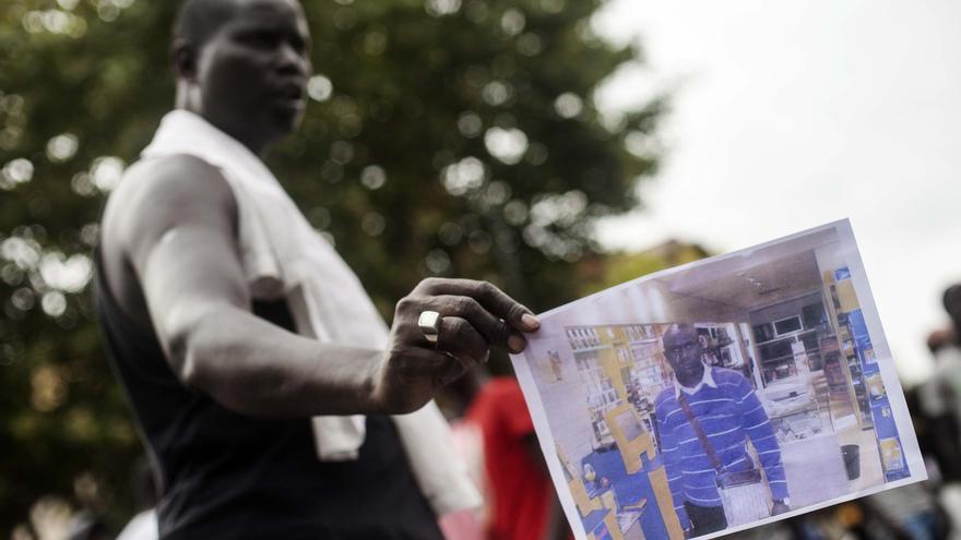 Uno de los manifestantes de Salou muestra la fotografía de Mor Sylla / ROBERT BONET
