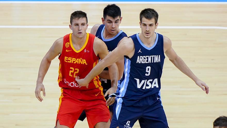 Rabaseda y el argentino Nico Brussino, que jugó el último año en el Canarias, en el partido entre España y Argentina en Ningbó.