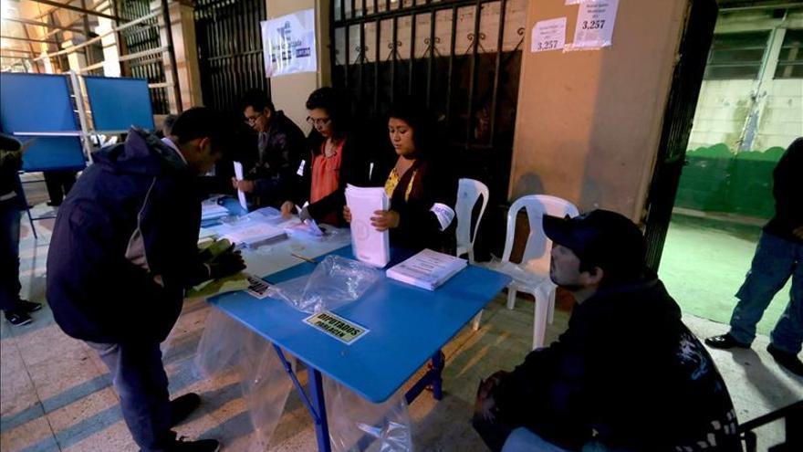 Abren los colegios en las elecciones generales en Guatemala