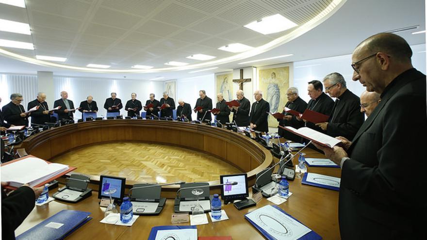 El cardenal Omella (en primer plano) en una comisión de la CEE. Osoro en la presidencia / CEE