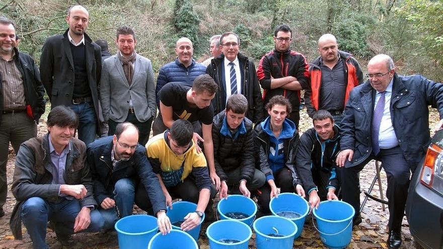 Pesca suelta más de 6.500 salmones para la repoblación de la especie en el Besaya