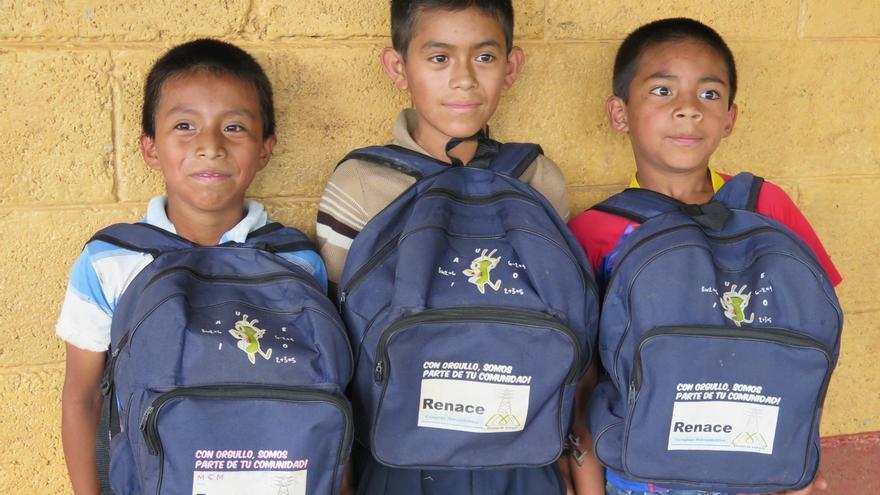"""Niños con las mochilas que les ha proporcionado Renace como parte de su """"inversión social"""" / Alianza por la Solidaridad"""