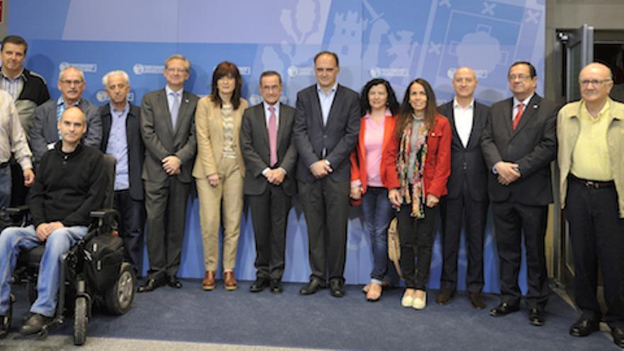 Representantes de entidades del tercer sector junto a miembros del Gobierno durante la presentación de la ley.