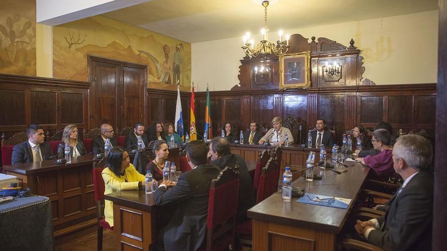 El pleno del Ayuntamiento de Los Llanos de Aridane, en la sesión extraordinaria celebrada este sábado en homenaje a los dirigentes municipales de la II República.