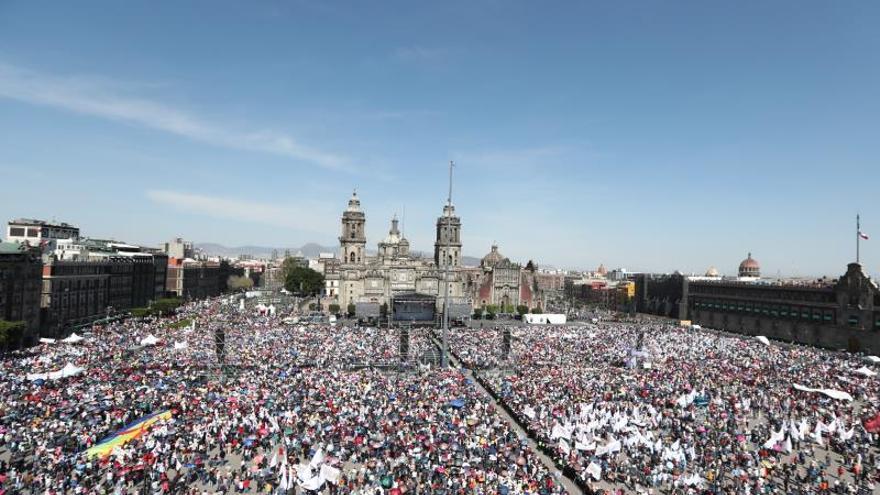 Vista general de la asistencia al Primer Informe del presidente de México, Andrés Manuel López este domingo en el Zócalo de Ciudad de México (México).