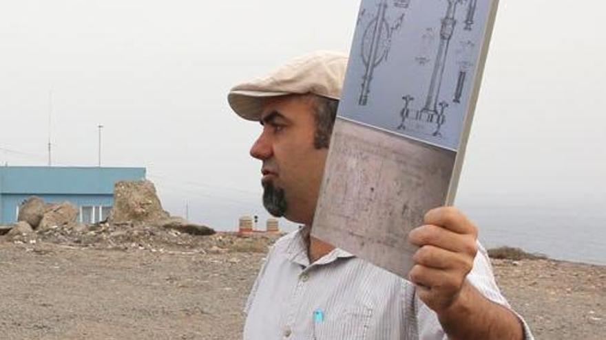 Artemi Alejandro muestra el diagrama de un telémetro