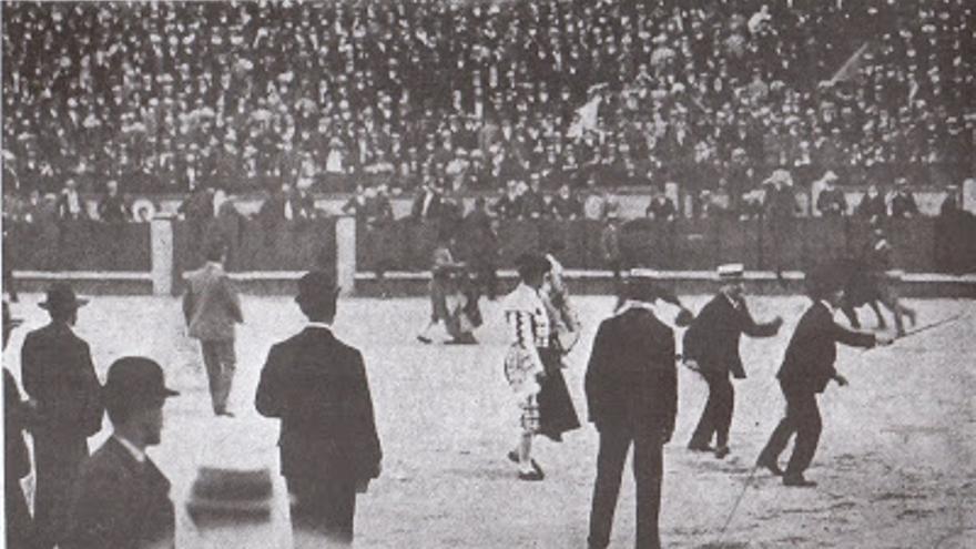 Asalto al ruedo. Plaza de toros de Las Ventas, Madrid. 1904