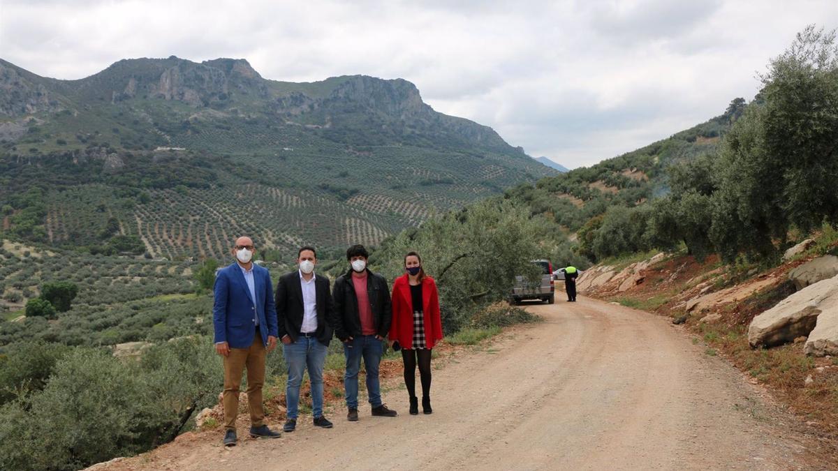 El delegado de Infraestructuras Rurales de la Diputación de Córdoba, Manuel Olmo (segundo por la izda.), en su visita a la Cañada del Hornillo en Carcabuey.