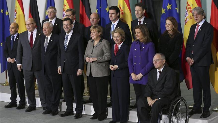 """Merkel reitera su """"respeto y admiración"""" por las reformas españolas ante Rajoy"""