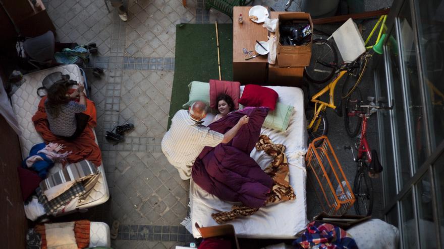La familia de Isabel y Benigno durmiendo en la puerta de su casa tras ser desahuciados. \ AP Andrés Kudacki