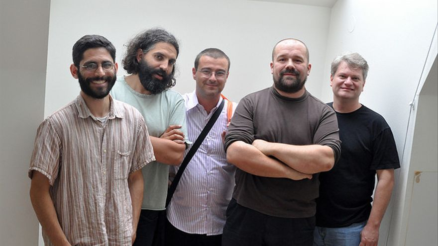 De izquierda a derecha: David Mellis, David Cuartielles, Gianluca Martino, Massimo Banzi, Tom Igoe (Foto: Tom Igoe   Flickr)