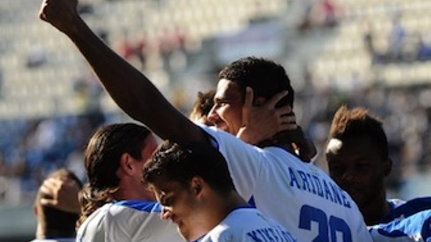 Aridane es abrazo por su compañeros tras anotar el 2-0. (Acfi Press)