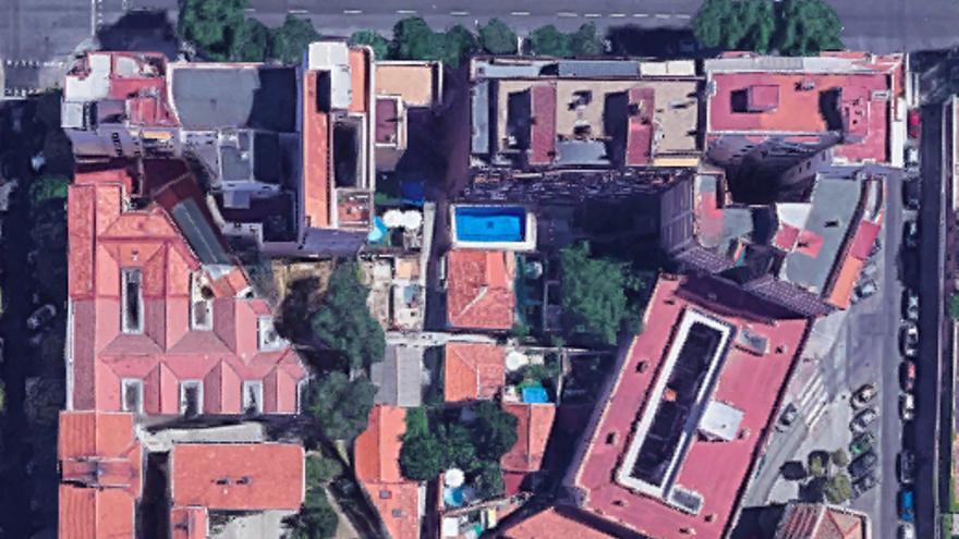 Manzana entre las calles Valderribas, Abtao, Sánchez Barcáiztegui y Cavanilles. La diagonal que la atraviesa es Regalada.