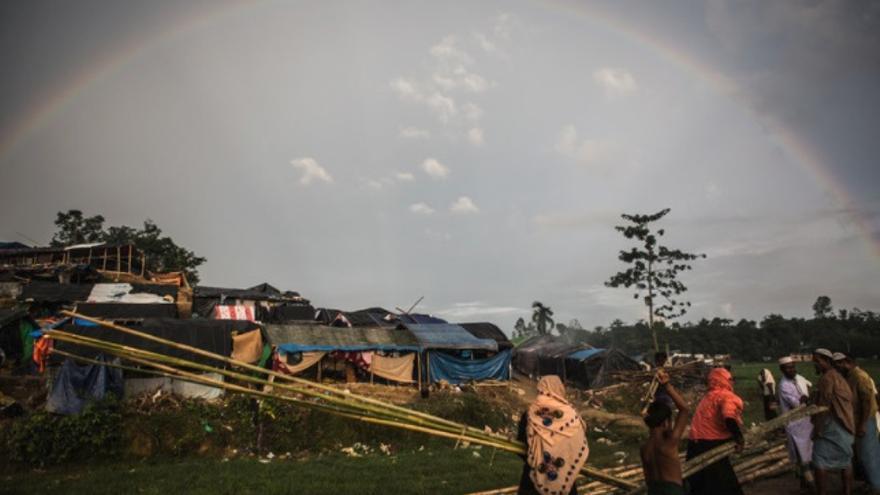 Refugiados rohingyas compran y llevan palos de bambú para construir nuevos refugios en el campamento de refugiados Thaing Khali, Bangladesh, 27 de septiembre de 2017.