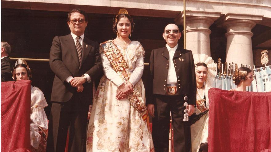 El presidente de Junta Central Fallera, Enrique Real (izquierda), en el acto de la recogida de premios del año 1986