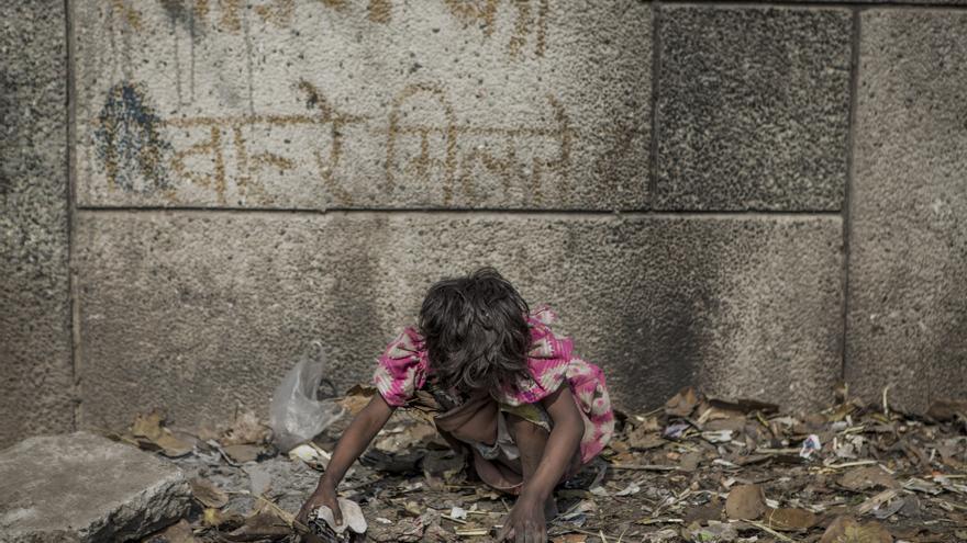 Sanjana, de cinco años, recoge basura para ser vendida para reciclar en un barrio pobre informal en las afueras de Nueva Delhi, India.