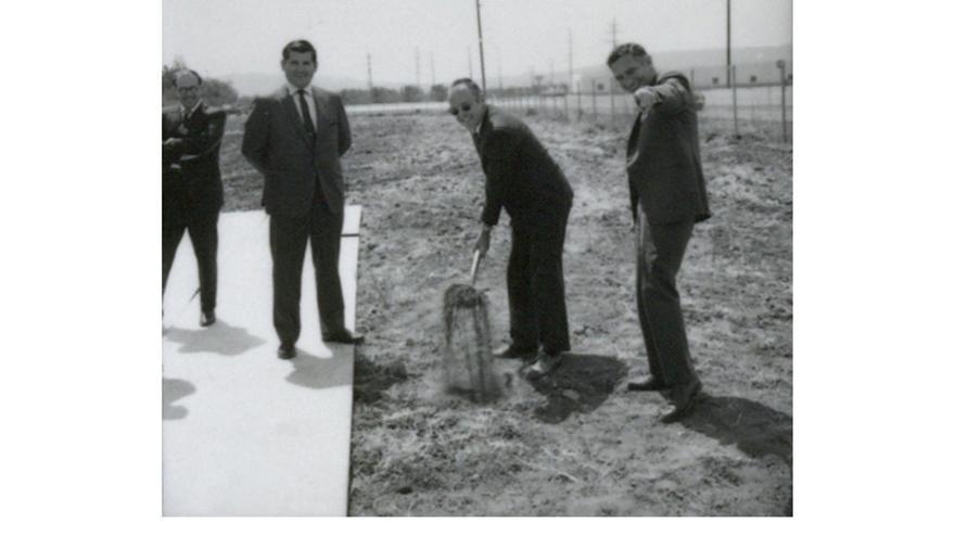 Gordon Moore (con la maleta) y Robert Noyce (a la derecha)