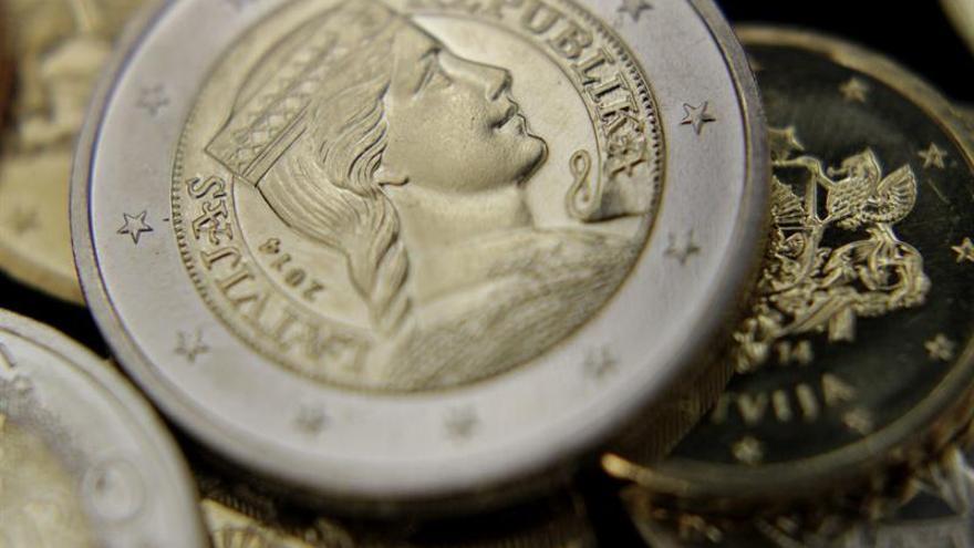 El euro baja a 1,1549 dólares