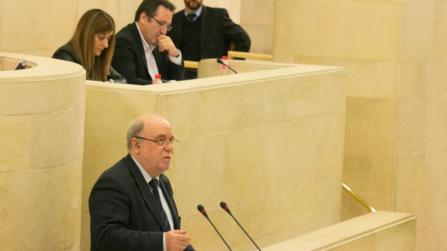 Juan José Sota (PSOE) en la tribuna del Parlamento de Cantabria.   JOAQUÍN GÓMEZ SASTRE