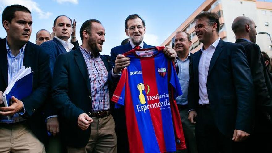 Mariano Rajoy en Almendralejo entre el alcalde de la localidad García Lobato (izquierda), José Monago y el presidente del Extremadura, Franganillo