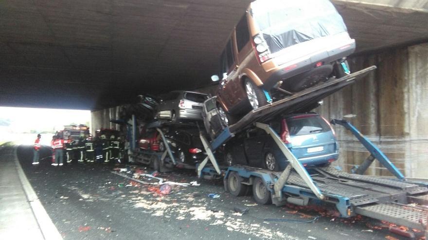 Colisión entre una furgoneta y un trailer bajo el puente de la A-12 en Zizur