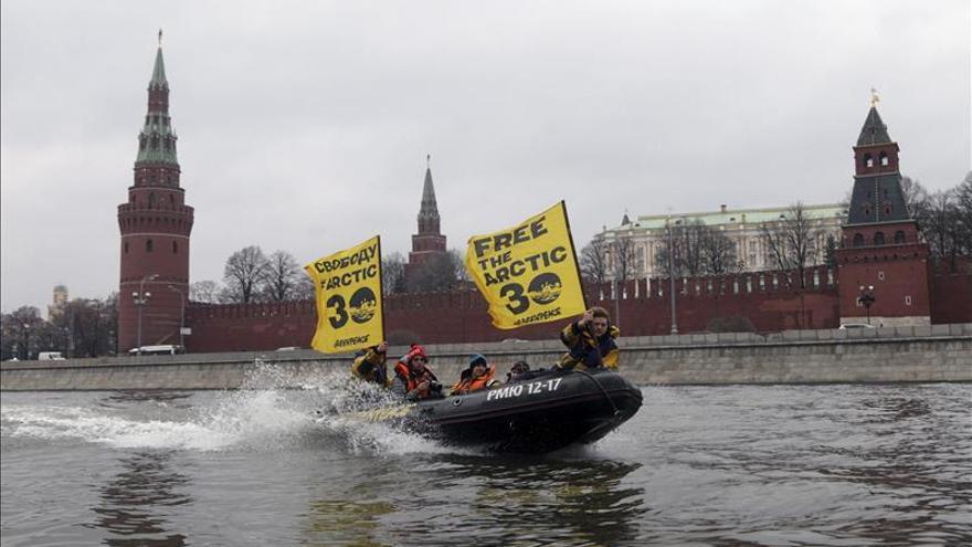 Greenpeace pide la libertad de sus 30 activistas con lanchas en Moscú