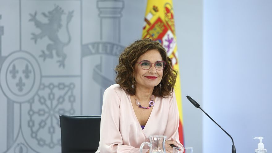 La ministra portavoz y ministra de Hacienda, María Jesús Montero, comparece en una rueda de prensa posterior al Consejo de Ministros extraordinario, en el Complejo de La Moncloa, a 27 de mayo de 2021, en Madrid (España)