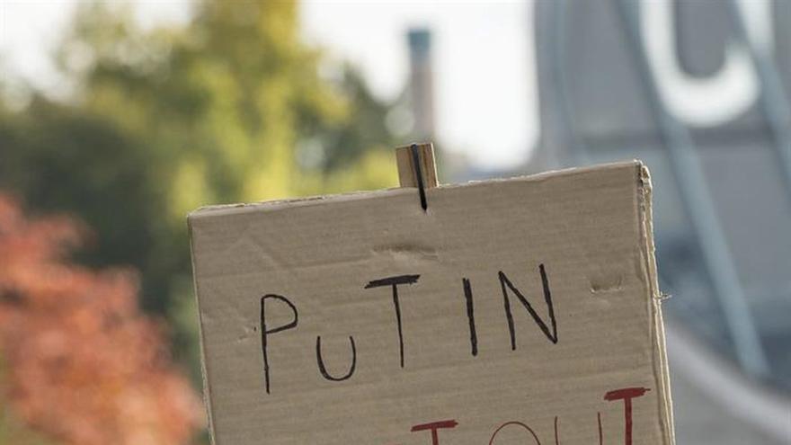 Decenas de sirios y ucranianos claman contra Putin a su llegada a Berlín