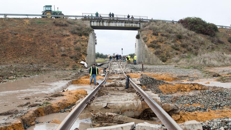 Adif continúa los trabajos de reparación por el accidente de Arahal y Renfe mantiene el plan alternativo