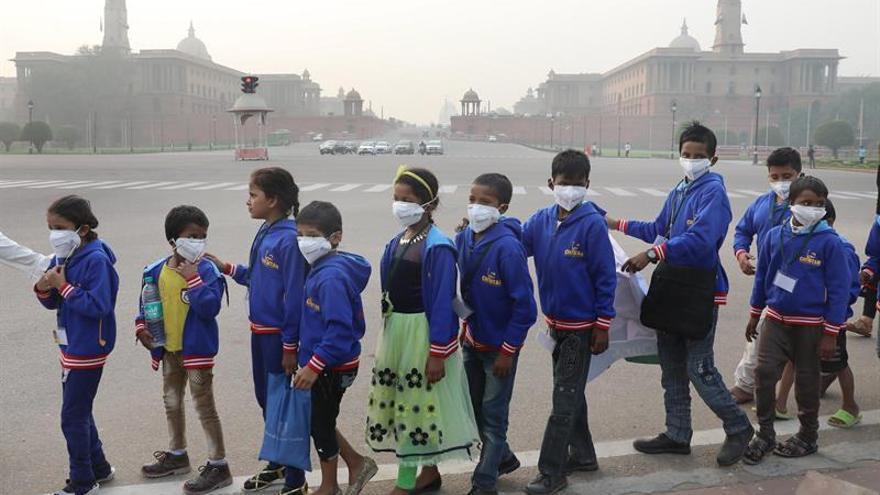 """Los niños indios reclaman su """"derecho a respirar"""" en Nueva Delhi"""